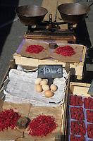 Europe/France/Rhône-Alpes/42/Loire/Saint-Etienne : Le marché Place Albert - Thé rouge du Forez, framboises et oeufs