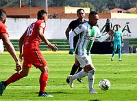 TUNJA-COLOMBIA, 25-10-2020: Santiago Roa de Patriotas Boyaca y Jarlan Barrera de Atletico Nacional disputan el balon, durante partido de la fecha 16 entre Patriotas Boyaca y Atletico Nacional, por la Liga BetPlay DIMAYOR 2020, jugado en el estadio La Independencia de la ciudad de Tunja. / Santiago Roa of Patriotas Boyaca and Jarlan Barrera of Atletico Nacional figh for the ball, during a match of the 16h date between Patriotas Boyaca and Atletico Nacional, for the BetPlay DIMAYOR League 2020 played at the La Independencia stadium in Tunja city. / Photo: VizzorImage / Edward Leguizamon / Cont.