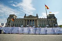 Am Montag den 6. Mai 2013 versammelten sich Mitglieder Antirassistischer und Antifaschistischer Gruppen zu einer Kundgebung anlaesslich des Beginns des NSU-Prozess vor dem Reichstag. Sie forderten Aufklaerung ueber die Verstrickung von deutschen Ermittlungsbehoerden in den NSU und die Aufloesung der Geheimdienste.<br />Im Bild: Ein Transparent mit Namen von rassistischen Mordopfern seit der Wiedervereinigung.<br />6.5.2013, Berlin<br />Copyright: Christian-Ditsch.de<br />[Inhaltsveraendernde Manipulation des Fotos nur nach ausdruecklicher Genehmigung des Fotografen. Vereinbarungen ueber Abtretung von Persoenlichkeitsrechten/Model Release der abgebildeten Person/Personen liegen nicht vor. NO MODEL RELEASE! Don't publish without copyright Christian-Ditsch.de, Veroeffentlichung nur mit Fotografennennung, sowie gegen Honorar, MwSt. und Beleg. Konto:, I N G - D i B a, IBAN DE58500105175400192269, BIC INGDDEFFXXX, Kontakt: post@christian-ditsch.de<br />Urhebervermerk wird gemaess Paragraph 13 UHG verlangt.]