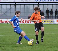 SV Rumbeke - Sasport Boezinge : duel om de bal tussen Jasper Vanoosthuyse en Mark Monbaliu (rechts).foto VDB / BART VANDENBROUCKE.