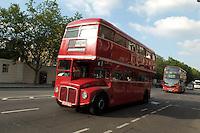 LONDON-UK- 24-05-2008. Bus clásico de dos piso en Brompton, Londres.; Classic Double-decker bus at Bromton, London. Photo: VizzorImage