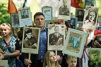Tausende Menschen kamen zum Gedenken an den 70. Jahrestag der Befreiung Deutschlands vom Nationalsozialismus und der Kapitulation des NS-Regime am Samstag den 9. Mai 2015 zum Sowjetischen Ehrenmal in Berlin-Treptow.<br /> Im Bild: Russische Besucher haben Portraits von Familienangehoerigen mitgebracht, die im Zweiten Weltkrieg in der Roten Armee gekaempft haben.<br /> 9.5.2015, Berlin<br /> Copyright: Christian-Ditsch.de<br /> [Inhaltsveraendernde Manipulation des Fotos nur nach ausdruecklicher Genehmigung des Fotografen. Vereinbarungen ueber Abtretung von Persoenlichkeitsrechten/Model Release der abgebildeten Person/Personen liegen nicht vor. NO MODEL RELEASE! Nur fuer Redaktionelle Zwecke. Don't publish without copyright Christian-Ditsch.de, Veroeffentlichung nur mit Fotografennennung, sowie gegen Honorar, MwSt. und Beleg. Konto: I N G - D i B a, IBAN DE58500105175400192269, BIC INGDDEFFXXX, Kontakt: post@christian-ditsch.de<br /> Bei der Bearbeitung der Dateiinformationen darf die Urheberkennzeichnung in den EXIF- und  IPTC-Daten nicht entfernt werden, diese sind in digitalen Medien nach §95c UrhG rechtlich geschuetzt. Der Urhebervermerk wird gemaess §13 UrhG verlangt.]