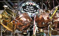 Nederland  Beverwijk - 2017. De Bazaar in Beverwijk. De Bazaar in Beverwijk is al 37 jaar de plek waar uiteenlopende culturen samenkomen en is de grootste overdekte markt in Europa. De Bazaar bestaat uit verschillende marktdelen. De Zwarte Markt. Tweedehands koperen potten, pannen etc.       Foto Berlinda van Dam / Hollandse Hoogte