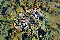Rundling Meuchefitz: EUROPA, DEUTSCHLAND,  NIEDERSACHSEN (EUROPE, GERMANY), 29.07.2012: Das Dorf Meuchefitz,  ein Rundling,  liegt suedwestlich Luechow im Wendland. .Der Rundling, auch als Runddorf, Rundlingsdorf, Rundplatzdorf bezeichnet, ist eine im Mittelalter entstandene Siedlungsform mit kreis- oder hufeisenfoermigen Anordnung der Gehoefte um einen Platz, der  nur durch eine einzige Stichstraße erreichbar war..Der Verbreitungsraum des Rundlings erstreckt sich streifenfoermig zwischen der Ostsee und dem Erzgebirge in der Kontaktzone zwischen Deutschen und Slawen waehrend des Mittelalters. Gut erhalten haben sich Rundlingsdoerfer im hannoverschen Wendland.