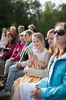 Estland, Zuschauer beim ersten Nargen Gesangs-Festival auf der Insel Naissaar in Estland <br /> <br /> Engl.: Europe, the Baltic, Estonia, Naissaar island, first Naissaar Song Celebration, song festival, culture, visitors, girl, 28 June 2014<br /> <br />    Sieben herausragende Accapella-Choere aus Estland singen Lieder mit Bezug auf das Meer und geben auch schon einen kleinen Vorgeschmack auf das Repertoire des grossen Saengerfeste in Tallinn, 28.06.2014