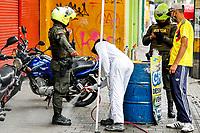 MEDELLIN - COLOMBIA, 21-04-2020: Labores de control y desinfección en Medellín durante el día 36 de la cuarentena total en el territorio colombiano causada por la pandemia  del Coronavirus, COVID-19. / Labors of control and desinfection in Medellin of during day 36 of total quarantine in Colombian territory caused by the Coronavirus pandemic, COVID-19. Photo: VizzorImage / Leon Monsalve / Cont