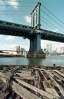 Blick von einem verrottenden Pier am East-River auf der Brooklyn-Site auf die Brooklyn Bridge und die Manhattan Bridge.<br /> New York City, 1.1.1999<br /> Copyright: Christian-Ditsch.de<br /> [Inhaltsveraendernde Manipulation des Fotos nur nach ausdruecklicher Genehmigung des Fotografen. Vereinbarungen ueber Abtretung von Persoenlichkeitsrechten/Model Release der abgebildeten Person/Personen liegen nicht vor. NO MODEL RELEASE! Don't publish without copyright Christian-Ditsch.de, Veroeffentlichung nur mit Fotografennennung, sowie gegen Honorar, MwSt. und Beleg. Konto:, I N G - D i B a, IBAN DE58500105175400192269, BIC INGDDEFFXXX, Kontakt: post@christian-ditsch.de]