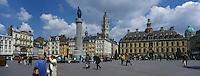 """Europe/France/Nord-Pas-de-Calais/59/Nord/Lille : La Grand Place, la statue de """"la Déesse"""" et la vieille bourse"""