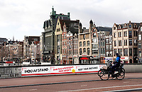 Nederland  Amsterdam - 12-01- 2021.   Lockdown. Hou Afstand borden in het centrum. Op de achtergrond het Damrak.   Foto : ANP/ HH / Berlinda van Dam