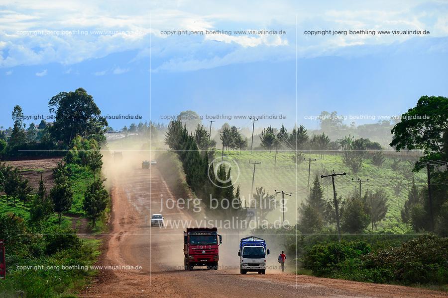 UGANDA, Kasese, dusty road and tea plantation, chinese Howo truck, called red terror / Fahrt von Kampala nach Kasese, Teeplantagen
