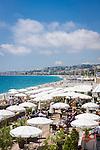 France, Provence-Alpes-Côte d'Azur, Nice: beach and restaurant below Promenade des Anglais | Frankreich, Provence-Alpes-Côte d'Azur, Nizza: Strand und Restaurant unterhalb der Promenade des Anglais