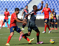 BARRANQUILLA -COLOMBIA-27-AGOSTO-2014. Jean Carlos Moreno  (Izq)  de Uniautonoma disputa el balon con Luis Quinonez del Atletico Junior  ,  partido de la Copa Postobon decima fecha disputado en el estadio Metropolitano. / Jean Carlos Moreno   (L) of Uniautonoma dispute the ball with Luis Quinonez  of Atletico Junior , match of the Copa Postobon tenth  round match at the Metropolitano stadium  Photo: VizzorImage / Alfonso Cervantes / Stringer