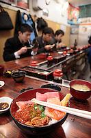 Le principal marché de la métropole de Tokyo, plus connu sous le nom de marché aux poissons de Tsukiji (????, Tsukiji shij??) est le plus grand marché de gros du monde pour les poissons et fruits de mer. Il se trouve dans le quartier de Tsukiji, arrondissement de Ch??, à Tokyo. Tokyo, Asia, Asie, Japon, Japan