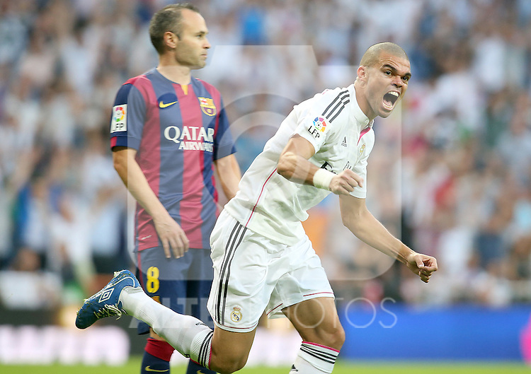 Real Madrid's Pepe (r) celebrates goal in presence of FC Barcelona's Andres Iniesta during La Liga match.October 25,2014. (ALTERPHOTOS/Acero)