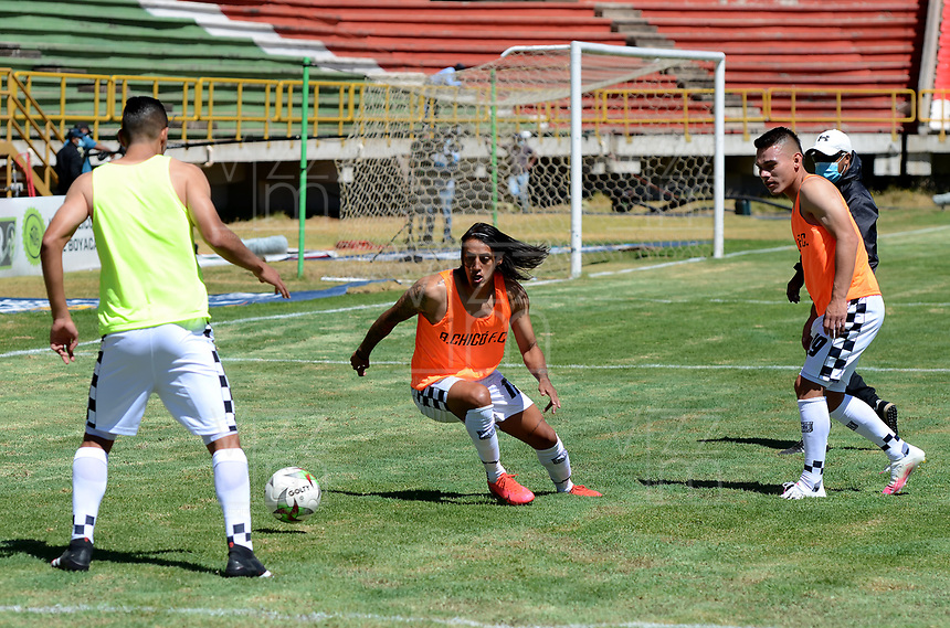 TUNJA - COLOMBIA, 30-01-2021: Jugadores de Boyaca Chico F. C., calienta previo al partido entre Patriotas Boyaca F. C., y Boyaca Chico F. C., por la fecha 20 de la Liga BetPlay DIMAYOR 2020 jugado en el estadio La Independencia de la Ciudad de Tunja. / Players of Boyaca Chico F. C., warm up prior a match between Patriotas Boyaca F. C., and Boyaca Chico F. C., for the 20th date as part of BetPlay DIMAYOR League 2020 played at La Independencia stadium in Tunja city. Photo: VizzorImage / Macgiver Baron / Cont.