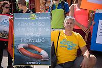 """Mit einer Demonstration unter dem Motto """"Seebruecke – Schafft sichere Haefen"""" zogen am Samstag den 7. Juli 2018 ueber 10.000 Menschen in Berlin zum Bundeskanzleramt. Sie forderten ein Ende der Kriminalisierung der zivilen Seenotrettung im Mittelmeer, wo Hilfsorganisationen wie Seawatch, Mission Lifeline, SOS Mediterrane Aerzte ohne Grenzen und Sea Eye Migranten aus Seenot retten. Diese Seenotrettungsorganisationen werden von mehreren europaeischen Staaten als """"Schlepper"""" diffamiert und ihre Schiffe beschlagnahmt. Anfang Juli wurde der Kapitaen der Lifeline von maltesischen Behoerden festgenommen.<br /> Die Seebruecke ist eine internationale Bewegung aus der Zivilbevoelkerung. Sie fordert """"sichere Fluchtwege, eine Entkriminalisierung der Seenotrettung und eine menschenwuerdige Aufnahme von gefluechteten Menschen. Wir wollen mehr Rettung statt weniger!"""".<br /> Zeitgleich fanden in mehrere deutschen Staedten Demonstrationen der """"Seebruecke"""" statt.<br /> 07.7.2018, Berlin<br /> Copyright: Christian-Ditsch.de<br /> [Inhaltsveraendernde Manipulation des Fotos nur nach ausdruecklicher Genehmigung des Fotografen. Vereinbarungen ueber Abtretung von Persoenlichkeitsrechten/Model Release der abgebildeten Person/Personen liegen nicht vor. NO MODEL RELEASE! Nur fuer Redaktionelle Zwecke. Don't publish without copyright Christian-Ditsch.de, Veroeffentlichung nur mit Fotografennennung, sowie gegen Honorar, MwSt. und Beleg. Konto: I N G - D i B a, IBAN DE58500105175400192269, BIC INGDDEFFXXX, Kontakt: post@christian-ditsch.de<br /> Bei der Bearbeitung der Dateiinformationen darf die Urheberkennzeichnung in den EXIF- und  IPTC-Daten nicht entfernt werden, diese sind in digitalen Medien nach §95c UrhG rechtlich geschuetzt. Der Urhebervermerk wird gemaess §13 UrhG verlangt.]"""
