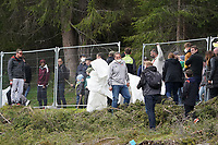 Fans haben den Sichtschutz entfernt nahe dem Trainingsplatz, DFB Security greift ein und schickt alle hinter den Zaun - Seefeld 29.05.2021: Trainingslager der Deutschen Nationalmannschaft zur EM-Vorbereitung