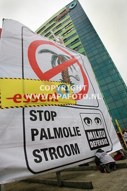 arnhem 311006 actievoerders van Milieudefensie demonstreerden vanmorgen bij het Essent hoofdkantoor tegen het gebruik van palmolie voor het opwekken van groene stroom. <br /> Foto frans Ypma APA-foto