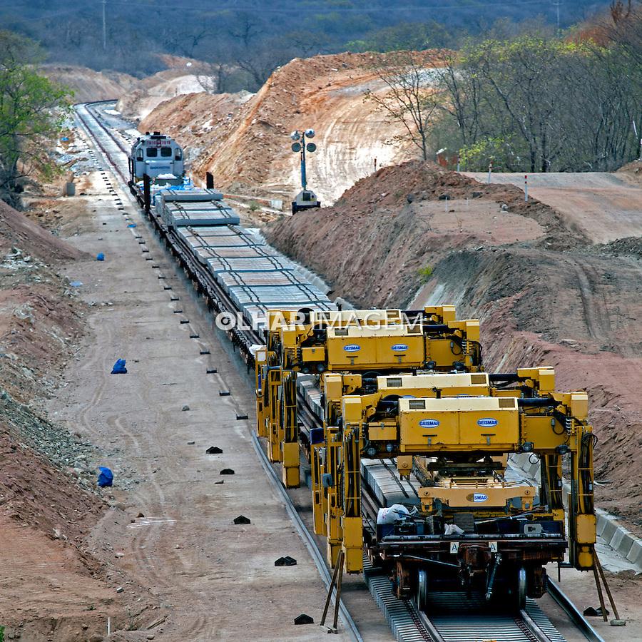 Obras de construção da Ferrovia Transnordestina no Sertao do Pajeu. Betania. Pernambuco. 2013. Foto de Rogerio Reis.