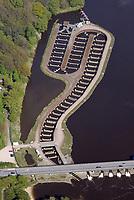 Fischpass Geesthacht: EUROPA, DEUTSCHLAND, SCHLESWIG- HOLSTEIN, GEESTHACHT, (GERMANY), 11.05.2017: Ein Fischweg oder Fischpass auch Fischwanderhilfe, im Volksmund haeufig nur Fischtreppe genannt,  ist eine wasserbauliche Vorrichtung, die in Fließgewaessern installiert wird, um vor allem Fischen im Rahmen der Fischwanderung die Moeglichkeit zu geben, Hindernisse Stauwehre  zu ueberwinden.<br /> Alle Fließgewaesser Organismen sind auf die Durchwanderbarkeit der Gewaesser angewiesen. Fischwanderhilfen werden also an Wanderhindernissen in Fließgewaessern angeordnet. Sie ermoeglichen Fischen und auch Kleintieren der Gewaessersohle (Makrozoobenthos) die Ueberwindung von  kuenstlichen Hindernissen.