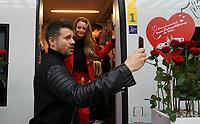 Jana und Thore Schölermann machen eine Insta-Story -  Frankfurt 14.02.2020: Duplo Liebesreise zum Valentinstag nach Paris
