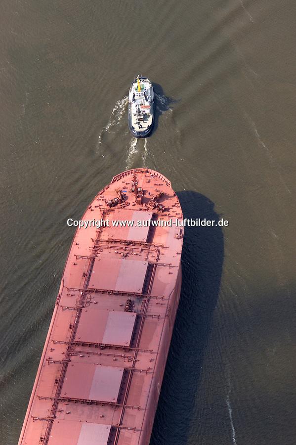 Deutschland, Hamburg, Hafen, Schifffahrt, Schlepper, Erzfrachter, Hansaport, Schlepper zieht Erzfrachter aus dem Köhlbrand in die Elbe, Accurat, Erzfrachter Saar N