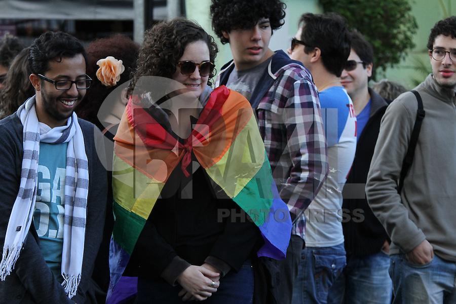 SAO PAULO, SP, .04.10.2014 -Grupo LGBT se reunem na tarde deste sabado ato para o Beijaço em frente ao condominio do então candidato a presidencia Levy Fidelix no bairro do Campo Belo em Sao Paulo. (Foto: Amauri Nehn / Brazil Photo Press).