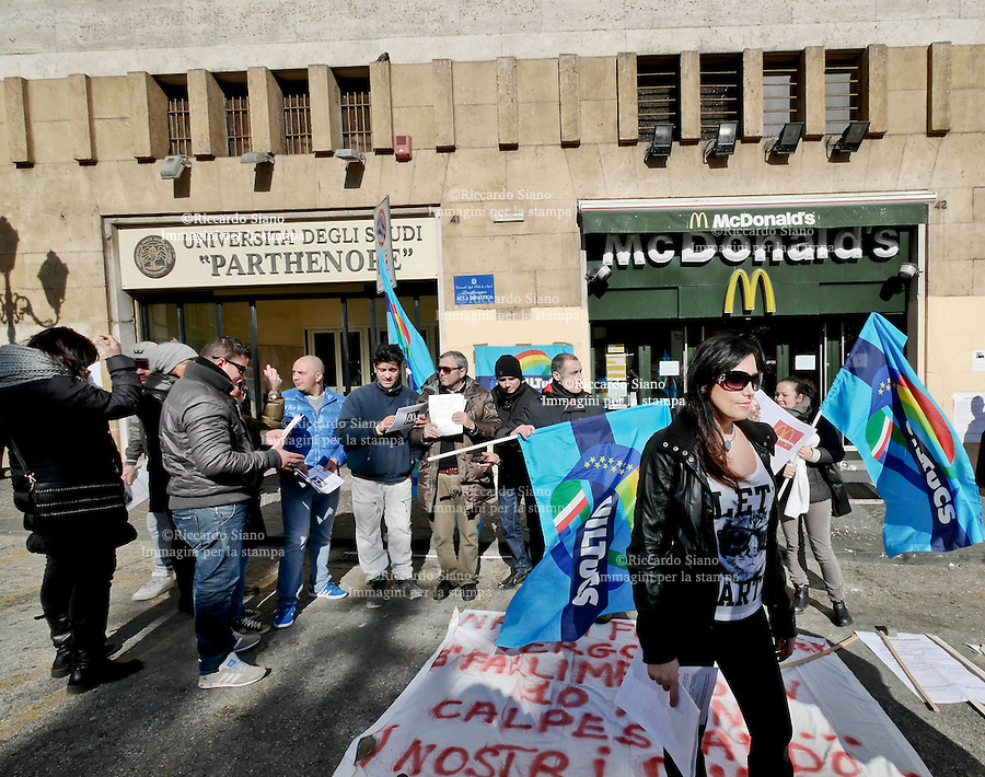- NAPOLI  7 FEB    2014 - Sciopero lavoratori della  società Mc Donald's - Napoli Futura srl che a fine mese licenzierà 80 dipendenti.