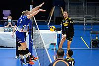 27-03-2021: Volleybal: Amysoft Lycurgus v Draisma Dynamo: Groningen Dynamo speler Sjoerd Hoogendoorn slaat de bal hard in het Lycurgus blok