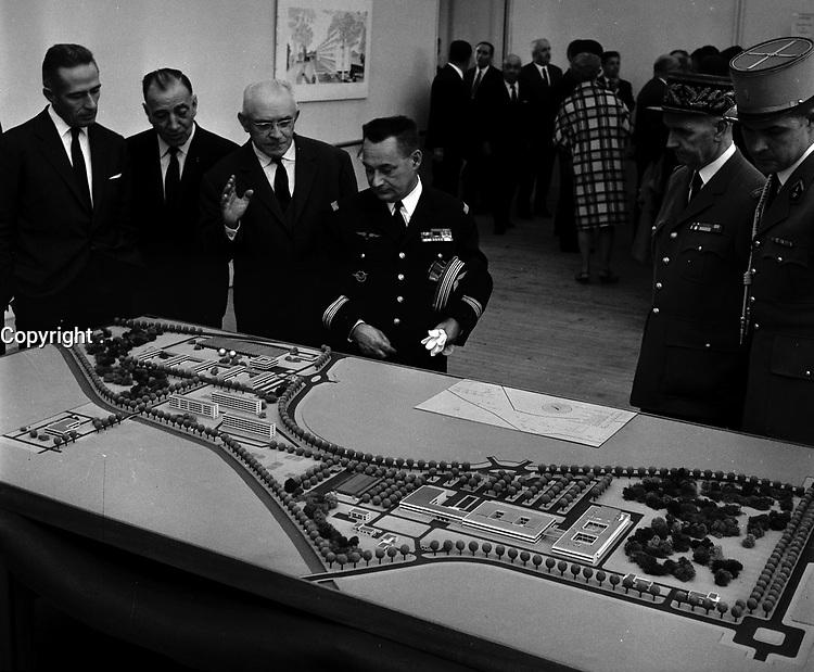 21 Octobre 1963. Vue de Pierre Messmer, ministre des Armées, qui inaugure l'ENICA de Toulouse.