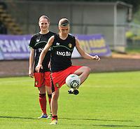 Hungary - Hongarije : UEFA Women's Euro Qualifying group stage (Group 3) - 20/06/2012 - 17:00 - szombathely  - : Hungary ( Hongarije ) - BELGIUM ( Belgie) :.Anaelle Wiard aan de bal voor Kristien Elsen.foto DAVID CATRY / JOKE VUYLSTEKE / Vrouwenteam.be.