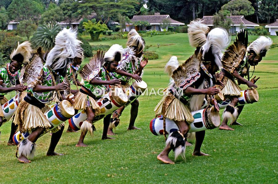 Apresentacão turistica de tribo africana. Quênia. 1995. Foto de João Caldas.