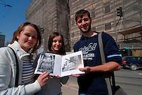 SARAJEVO / BIH 2012.KRISTINA DARIJA E MARKO, VENTENNI STUDENTI UNIVERSITARI, FOTOGRAFATI VICINO ALLA BIBLIOTECA DI SARAJEVO DISTRUTTA DURANTE LA GUERRA IN FASE DI RESTAURO.  .FOTO LIVIO SENIGALLIESI..SARAJEVO / BIH 2012.KRISTINA DARIJA AND MARKO (20), YOUNG STUDENTS LIVING IN SARAJEVO, PHOTOGRAPHED NEAR BY THE OLD LIBRERY DESTROYED DURING THE WAR AND NOW UNDER RECONSTRUCTION..PHOTO LIVIO SENIGALLIESI