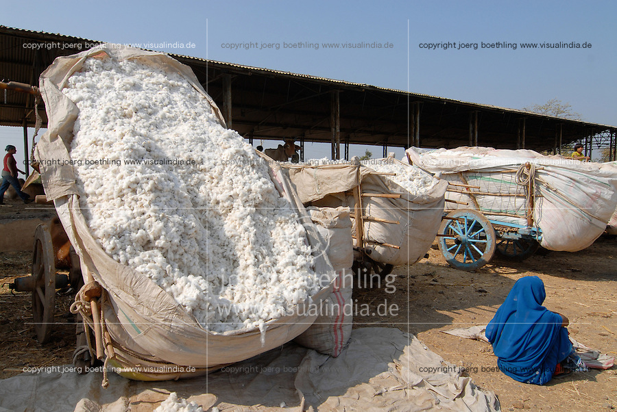 "Asien Suedasien Indien Madhya Pradesh , Bauern verkaufen ihre Baumwollernte auf dem Markt in Kasrawad - Baumwolle xagndaz | .South asia India Madhya Pradesh , farmer sell cotton at market in Kasrawad - agriculture rural development .| [ copyright (c) Joerg Boethling / agenda , Veroeffentlichung nur gegen Honorar und Belegexemplar an / publication only with royalties and copy to:  agenda PG   Rothestr. 66   Germany D-22765 Hamburg   ph. ++49 40 391 907 14   e-mail: boethling@agenda-fototext.de   www.agenda-fototext.de   Bank: Hamburger Sparkasse  BLZ 200 505 50  Kto. 1281 120 178   IBAN: DE96 2005 0550 1281 1201 78   BIC: ""HASPDEHH"" ,  WEITERE MOTIVE ZU DIESEM THEMA SIND VORHANDEN!! MORE PICTURES ON THIS SUBJECT AVAILABLE!!  ] [#0,26,121#]"