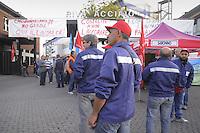 16 / 09 / 2013 - Mobilitazione nazionale contro l'annuncio di 1400 esuberi e sospensione della produzione in tutti gli impianti del gruppo RIVA Acciaio. Gli operai dello stabilimento  di Caronno Pertusella (VA) escono dalla fabbrica e bloccano ripetutamente la strada.<br /> <br /> 16/09/2013 - National Mobilization against the announcement of 1,400 redundancies and suspension of production in all plants of the RIVA Steel group . Workers at the Caronno Pertusella plant (VA) leave the factory and repeatedly block the road.