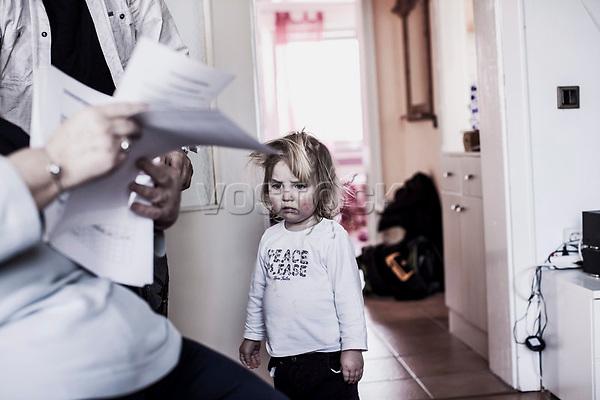 Maedchen, Formulare, HartzIV, Bochum<br /> <br /> *** HighRes auf Anfrage *** Voe nur nach Ruecksprache mit dem Fotografen *** Sonderhonorar ***<br /> <br /> Engl.: Europe, Germany, Bochum, unemployment benefit, Hartz IV, unemployed, unemployment, poverty, poor, social benefits, girl, child, forms, mother, 28 March 2012<br /> <br /> ***Highres on request***publication only after consultation with the photographer***special fee***
