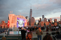 Blick auf Manhattan und den Freedom Tower am World Trade Center im Sonnenuntergang von der Norwegian Breakaway im Hudson River