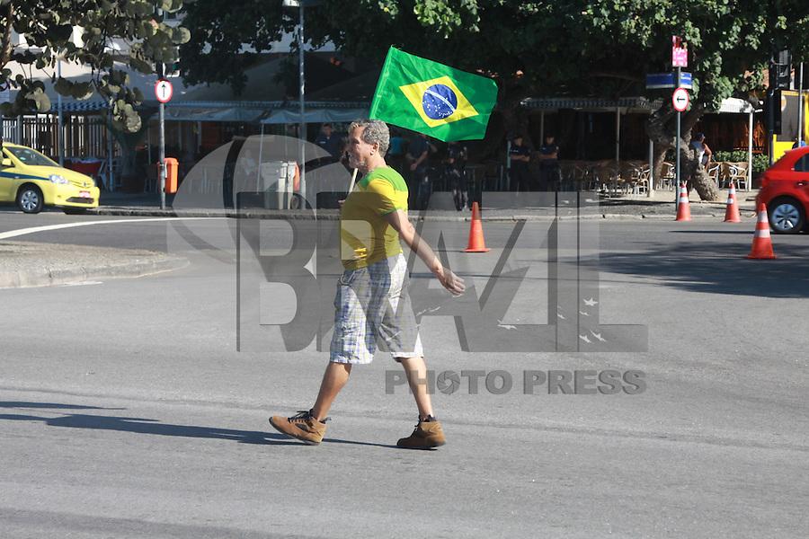 RIO DE JANEIRO, RJ, 16.08.2015 - PROTESTO-RJ - Protesto contra o governo do PT e fora Dilma organizado pelos movimentos Brasil Livre, Vem Pra Rua e Revoltados on line, em Copacabana na cidade do Rio de Janeiro, neste domingo, 16. (Foto: Celso Barbosa/ Brazil Photo Press)