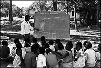 Mozambico,lezione all'aperto in una scuola elementare a Maputo