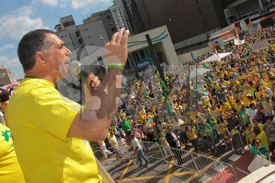 SÃO PAULO,SP, 16.08.2015 - PROTESTO-DILMA - Manifestantes durante ato contra o governo Dilma Rousseff (Partido dos Trabalhadores) na Avenida Paulista em São Paulo, neste domingo, 16. (Foto Marcio Ribeiro / Brazil Photo Press).
