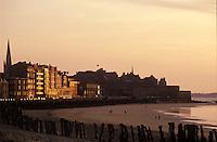 Europe/France/Bretagne/35/Ille-et-Vilaine/Saint- Malo: Promeneurs sur la plage à la lumière du soir et immeubles du front de mer