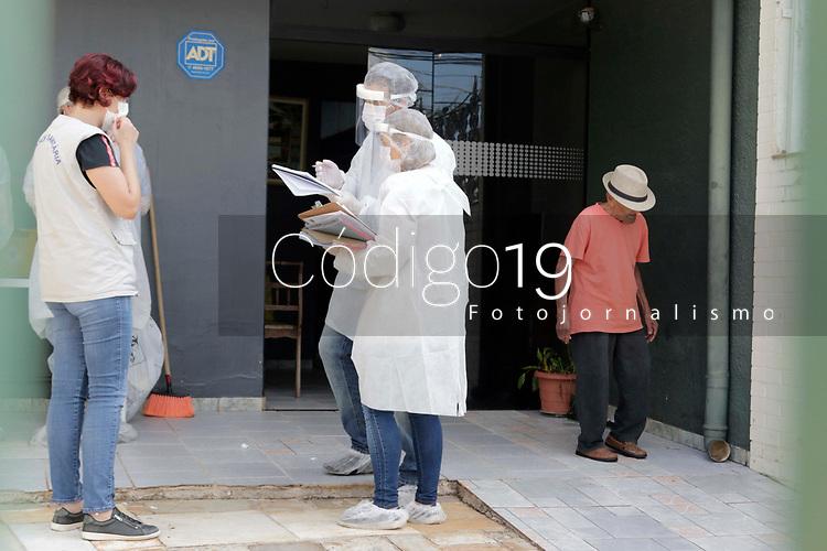 Campinas (SP), 24/04/2020 - Covid-19/Asilo - A Vigilância Sanitária da cidade de Campinas (SP) interditou na tarde desta sexta-feira (24) um asilo clandestino que não possui licença e abrigava outros 19 idosos, localizado no bairro Jardim Guanabara, após a morte de um morador do local ser confirmada para Covid-19.  A ação precisou de apoio da Polícia Civil, em operação em conjunto com o Ministério Público e a Prefeitura de Campinas. A dona do estabelecimento sera investigada.<br /> Segundo a Vigilância, o idoso que teve o óbito confirmado nesta sexta-feira (24) por Covid-19 era morador do asilo. O homem tinha 71 anos e morreu no dia 4 abril, e foi o primeiro caso de um idoso diagnosticado com covid-19 que morava em uma casa de repouso.   <br /> Com a confirmação da causa da morte pelo coronavírus, a Prefeitura foi ontem (22) no asilo, para verificar a situação do local e confirmar se havia outros idosos na casa. No entanto, a entrada foi barrada pela proprietária da casa.