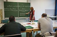 Sprachunterricht fuer Fluechtlinge bei der Handwerkskammer in Cottbus.<br /> In Zusammenarbeit mit dem regionalen Jobcenter, Fluechtlingshilfen und zustaendigen Behoerden versucht die Handwerkskammer Fluechtlingen eine Perspektive fuer Fluechtlinge zu schaffen. Zwischen bis zu 20 Fluechtlinge aus Eritrea, Afgahnistan, Syrien und Pakistan lernen hier Deutsch und bekommen die Moeglichkeit sich ueber die ausserbetrieblichen Ausbildungsmoeglichkeiten zu informieren oder bei Firmenbesuchen einen Ausbildungsplatz suchen.<br /> Entstanden ist diese Initiative der Handwerkskammer Cottbus aufgrund der geringen Zahl an Auszubildenden. Zu viele junge Menschen verlassen die Region. Dies bereitet den Handwerksbetrieben grosse Probleme.<br /> Im Bild: Karin Lucowitsch, Deutsch-Magister, beim Unterricht.<br /> 11.11.2015, Cottbus<br /> Copyright: Christian-Ditsch.de<br /> [Inhaltsveraendernde Manipulation des Fotos nur nach ausdruecklicher Genehmigung des Fotografen. Vereinbarungen ueber Abtretung von Persoenlichkeitsrechten/Model Release der abgebildeten Person/Personen liegen nicht vor. NO MODEL RELEASE! Nur fuer Redaktionelle Zwecke. Don't publish without copyright Christian-Ditsch.de, Veroeffentlichung nur mit Fotografennennung, sowie gegen Honorar, MwSt. und Beleg. Konto: I N G - D i B a, IBAN DE58500105175400192269, BIC INGDDEFFPakistan, Kontakt: post@christian-ditsch.de<br /> Bei der Bearbeitung der Dateiinformationen darf die Urheberkennzeichnung in den EXIF- und  IPTC-Daten nicht entfernt werden, diese sind in digitalen Medien nach §95c UrhG rechtlich geschuetzt. Der Urhebervermerk wird gemaess §13 UrhG verlangt.]