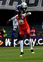 BOGOTÁ - COLOMBIA, 20-01-2019: Johan Arango (Der.) jugador de Independiente Santa Fe disputa el balón con Luis Payares (Izq.) jugador de Millonarios, durante partido entre Independiente Santa Fe y Millonarios, por el Torneo Fox Sports 2019, jugado en el estadio Nemesio Camacho El Campin de la ciudad de Bogotá. / Johan Arango XXXXXXXXX (R) player of Independiente Santa Fe vies for the ball with con Luis Payares (L) player of Millonarios, during a match between Independiente Santa Fe and Millonarios, for the Fox Sports Tournament 2019, played at the Nemesio Camacho El Campin stadium in the city of Bogota. Photo: VizzorImage / Luis Ramírez / Staff.