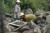 Addis Abeba, donne spaccapietre.women breaking stones