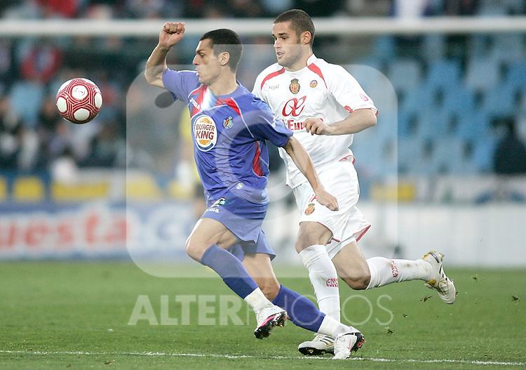 Getafe's Javier Casquero against Mallorca's Mario Suarez during La Liga match. March 11, 2010. (ALTERPHOTOS/Alvaro Hernandez)