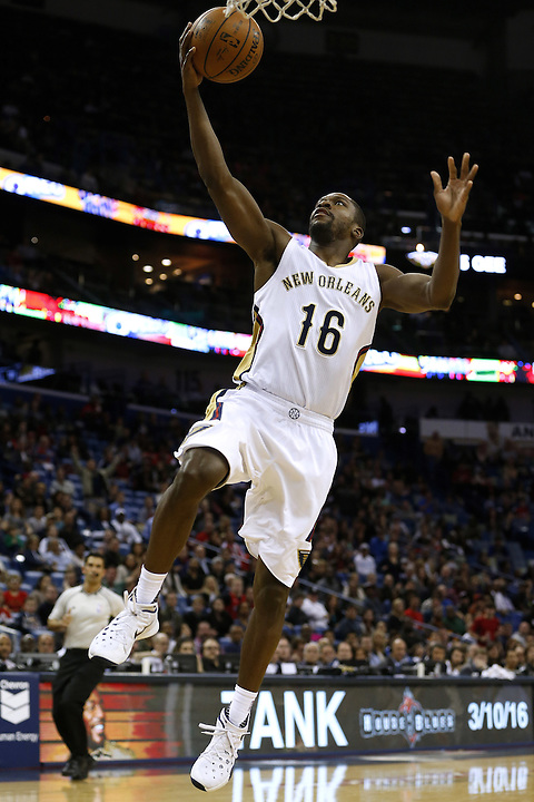 New Orleans Pelicans guard Toney Douglas (16) shoots the ball during the first half of an NBA basketball game Saturday, Feb. 27, 2016, in New Orleans. (AP Photo/Jonathan Bachman)