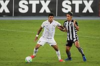 Rio de Janeiro (RJ), 01/08/2020 - Botafogo-Fluminense - Keisuke Honda (d) e Evanilson (e). Partida amistosa entre Botafogo e Fluminense, realizada no Estádio Nilton Santos (Engenhão), na zona norte do Rio de Janeiro,  neste sábado (01).