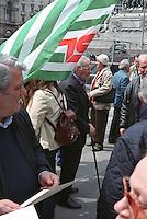 Milano, manifestazione del 25 aprile, anniversario della Liberazione dell'Italia dal nazifascismo. Anziani in piazza Duomo e una bandiera della Cisl --- Milan, manifestation of April 25, the anniversary of the Liberation of Italy from nazi-fascism. Old people in Duomo square and a flag of CISL trade union