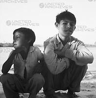 Jungen hocken am Strand bei Canaima, Venezuela 1966. Boys squat at the beach near Canaima, Venezuela, 1966.